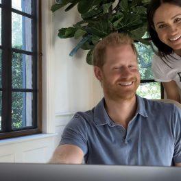 Prințul Harry și Meghan Markle, în timp ce zâmbesc către cameră, din casa lor din Montecito
