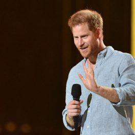 Prințul Harry, în timp ce salută publicul de la concertul VAX Live