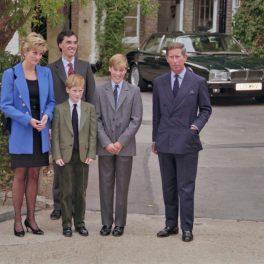 Prințul William și Prințul Harry, alături de părinții lor, în prima zi a Prințului William la Colegiul Eton