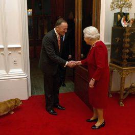 Regina Elisabeta, în timp ce dă mâna cu John Key, prim-ministrul Noii Zeelande, care se afla în vizită la Castelul Windsor
