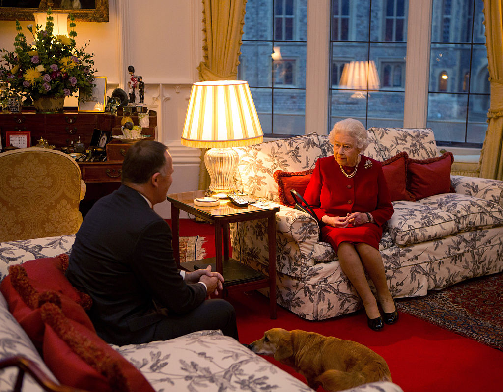 Regina lisabeta, într-o rochie roșie,la o întâlnire cu prim-ministrul Noii Zeelande, John Key, la Castelul Windsor