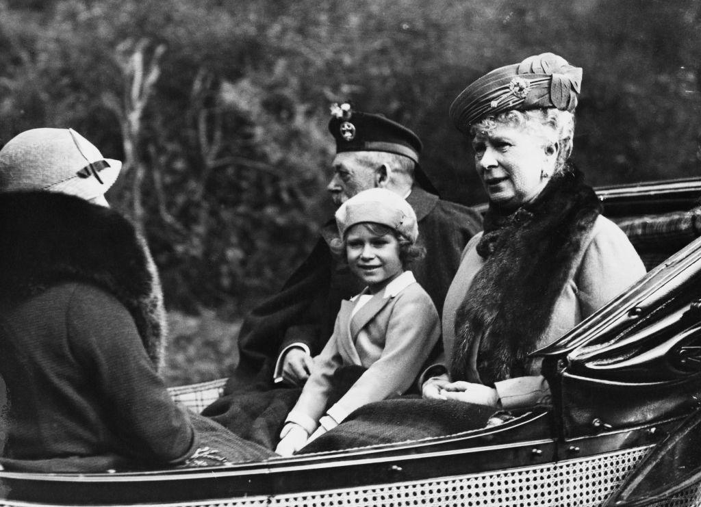 Regina Elisabeta, la vârsta de 6 ani, într-o trăsură cu tatăl ei