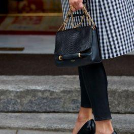 picioarele Reginei Letizia în tocuri înalte negre și poșeta elegantă a acesteia