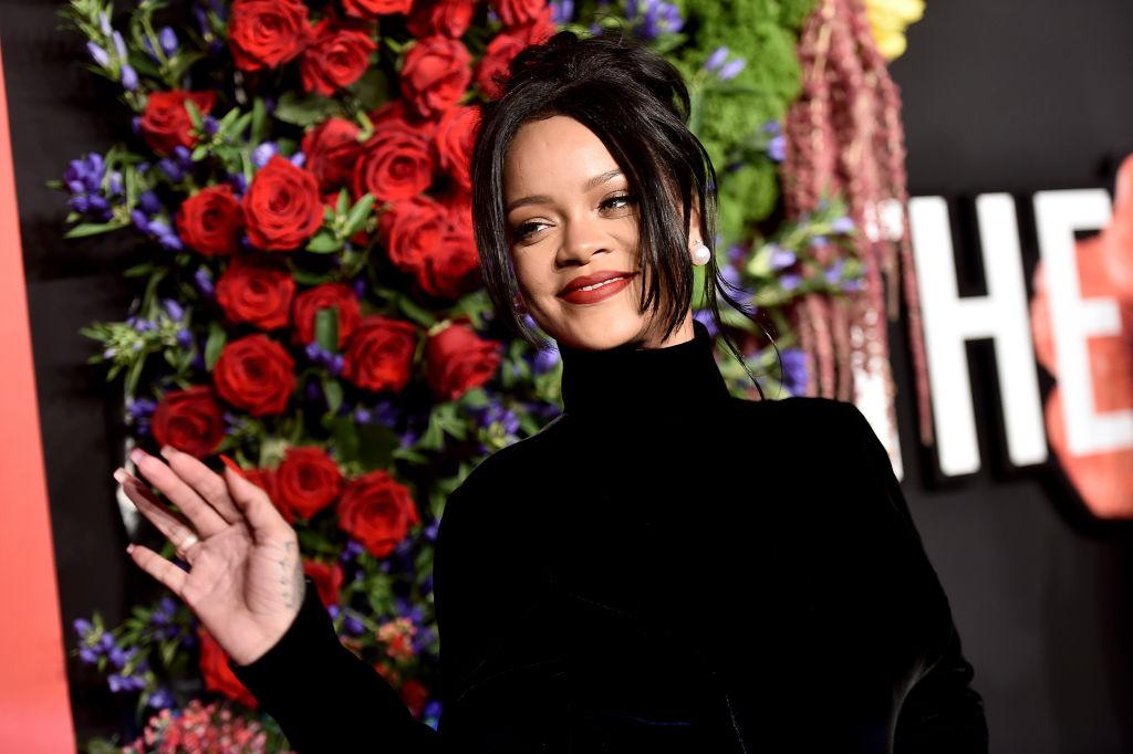 Rihanna, îmbrăcată în negru, la cea de-a cincea ceremonie Diamond Ball, în anul 2019