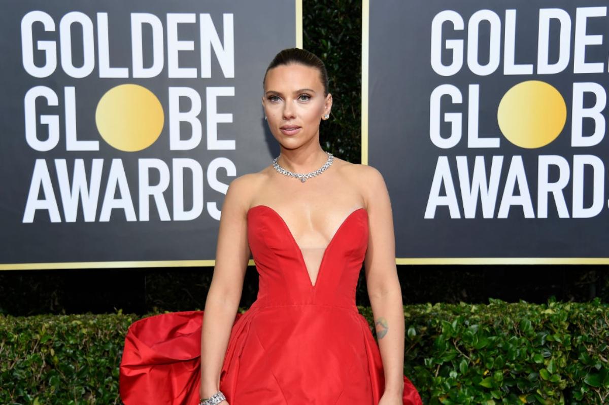 Scarlett Johansson, la ediția a 77-a a Globurilor de Aur. Ea poartă o rochie roșie cu umerii goi