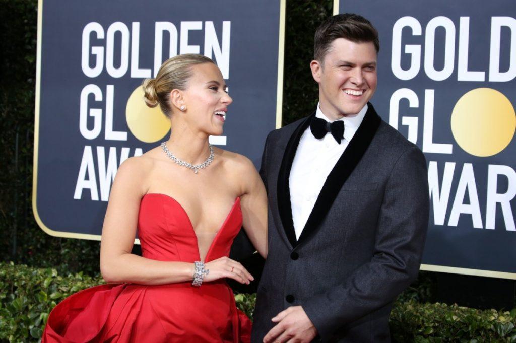 Scarlett Johansson alaturi de Colin Jost la ediția a 77-a a Globurilor de Aur. Ea poartă o rochie roșie cu umerii goi, el poartă un costum elegant de culoare neagră.