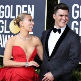 Scarlett Johansson alaturi de Colin Jost, la ediția a 77-a a Globurilor de Aur. Ea poartă o rochie roșie cu umerii goi, el poartă un costum elegant de culoare neagră