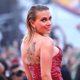 Scarlett Johansson, în cadrul evenimentului Festivalul de film din Veneția 29 august 2019. Are o coafură lejeră, o rochie roz și pe spate i se poate vedea un tatuaj