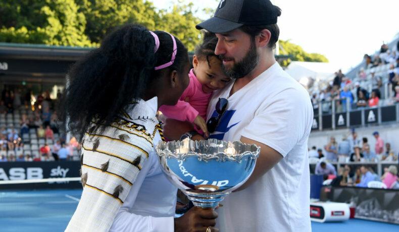 Serena Williams, felicitată de fiica și soțul ei după ce a câștigat meciul împotriva Jessicăi Pegula, din 2020