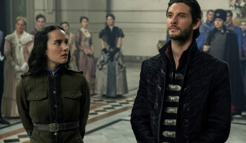 Jessie Mei Li și Ben Barnes într-o secvență din sezonul 1 al serialului fantasy Shadow and Bone, lansat pe 23 aprilie 2021