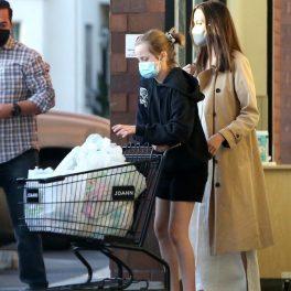 Shiloh Jolie-Pitt, fotografiată alături de mama sa, în timp ce împinge un cărucior de cumpărături
