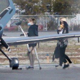 Shiloh Jolie-Pitt, fotografiată în timp ce merge cu cârje spre un avion privat, cu sora sa, Zahara
