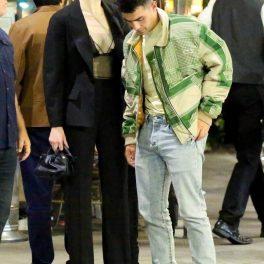 Sophie Turner, împreună cu Joe Jonas, ies dintr-un restaurant. Ea poartă o ținută sexy, în timp ce el este îmbrăcat casual
