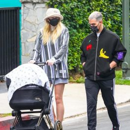Sophie Turner, îmbrăcată casual, cu o bluza supradimensionată cu dungi verticale și o pereche de pantaloni scurți, largi, alături de Joe Jonas și copilul lor, la plimbare în Los Angeles.