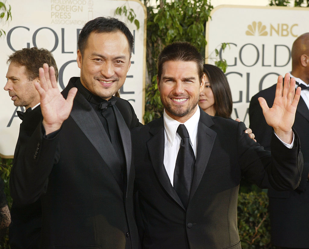 Tom Cruise, alături de Ken Watanabe, la ceremonia Globurilor de Aur, pe covorul roșu, în anul 2004