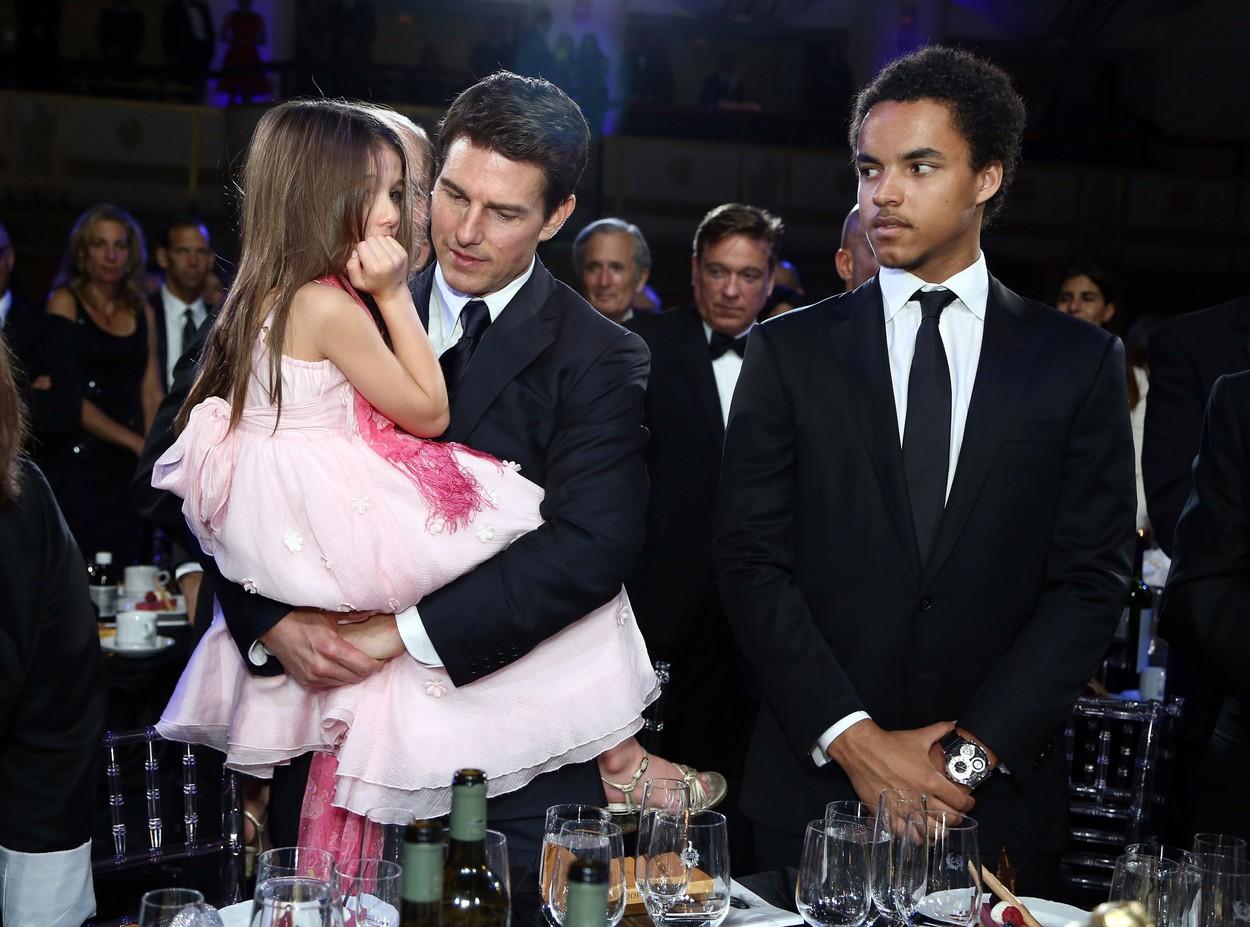 Tom Cruise, în brațe cu fiica sa, la un eveniment monden, în 2012