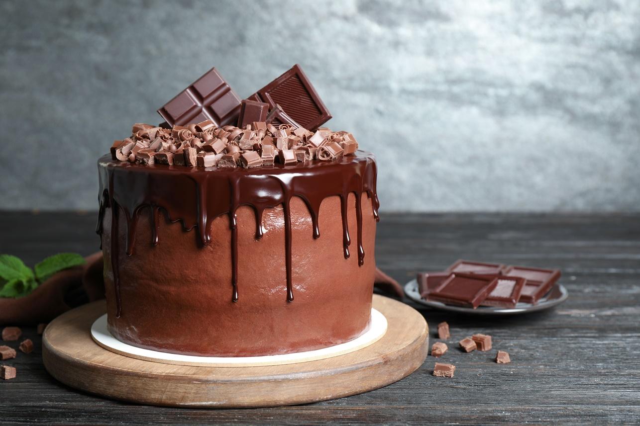 Tort cu multă ciocolată pe un platou de lemn