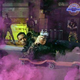 Will Smith, într-o scenă din filmul Bad Boys for Life, întins pe jos, în timp ce trage cu pistolul