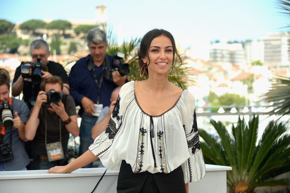 Mădălina Ghenea poartă o ie roânească, la cea de-a 68 ediție a Festivalului de Film de la Cannes