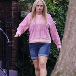Actrița Rebel Wilson după ce a slăbit un număr uimitor de kilograme, mergând către platourile de filmare pentru pelicula Senior Year, din Atlanta și purtând un hanorac roz și o pereche de pantaloni scurți din denim