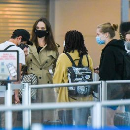 Angelina Jolie, însoțită de copiii săi, în aeroportul new-yorkez