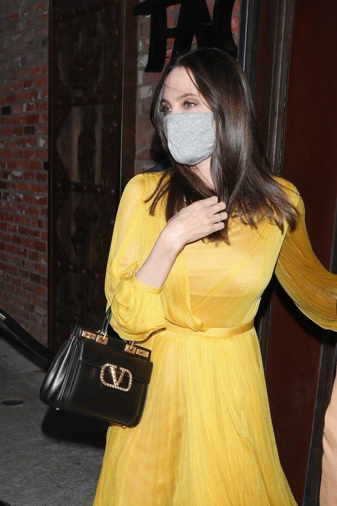 Angelina Jolie a împlinit 46 de ani și a purtat o rochie galbenă alături de o poșetă neagră în timp ce mergea la un restaurant din Los Angeles alături de copiii săi