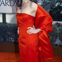 Brooke Shields într-o rochie roșie pe covorul roșu din cadrul Globurilor de Aur din 1998 unde a fost nominalizată pentru rolul din seria Suddenly Susan