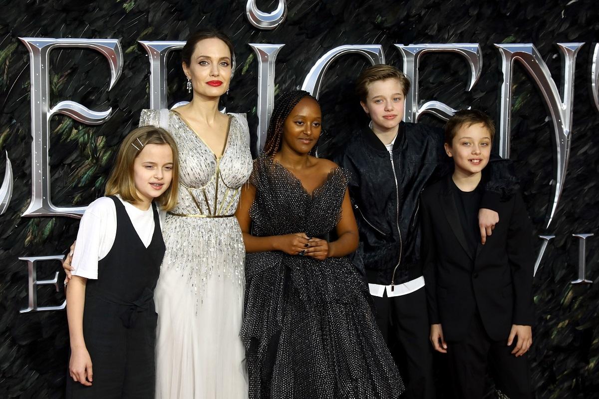 Angelina Jolie îmbrăcată în rochie albă și lungă, alături de patru dintre copiii ei