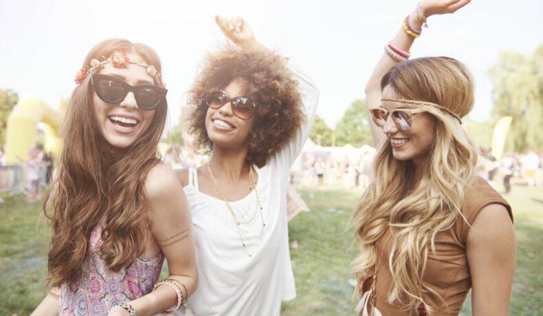 Tinere care se distrează la un festival
