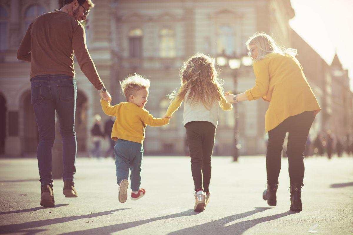 O familie de patru membri petrece timp împreună, pe străzile unui oraș