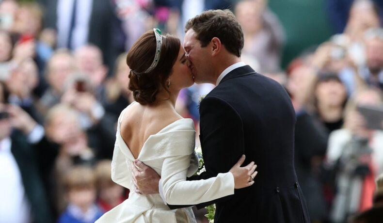 Prințesa Eugenie într-una din cele mai frumoase rochii de mireasă alături de soțul său Jack Brooksbank la nunta lor din 2018 în timp ce se sărută