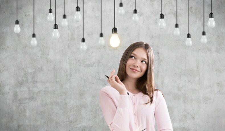 O femeie în cămașă albă care are deascupra capului multe lumini și care se întreabă dacă este una dintre cele mai inteligente zodii