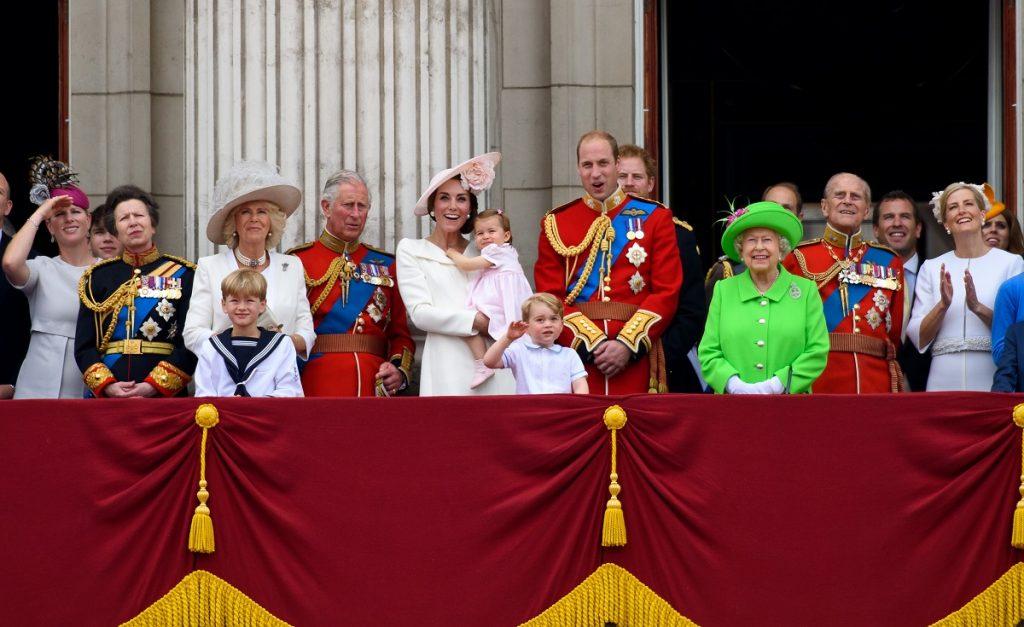 Camilla alături de soțul său Prințul Charles, Ducesa de Cambridge și Prințul William, Regina Elisabeta și Prințul Philip îmbrăcați în ținute oficiale la ceremonia Trooping the Colour din 2016