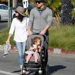 Jenna Dewan într-o blouză albă cu blugi și pălărie alături de soțul ei Channing Tatum în timp ce o plimbă în căruț pe fiica lor Everly