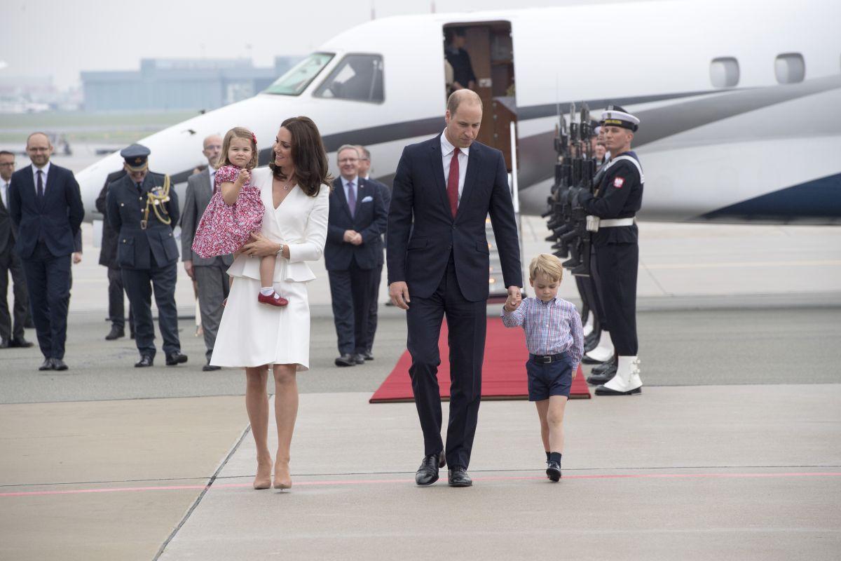 Ducele și Ducesa de Cambridge, alături de Prințul George și Prințesa Charlotte, sosesc pe aeroportul din Varșovia, în 2017