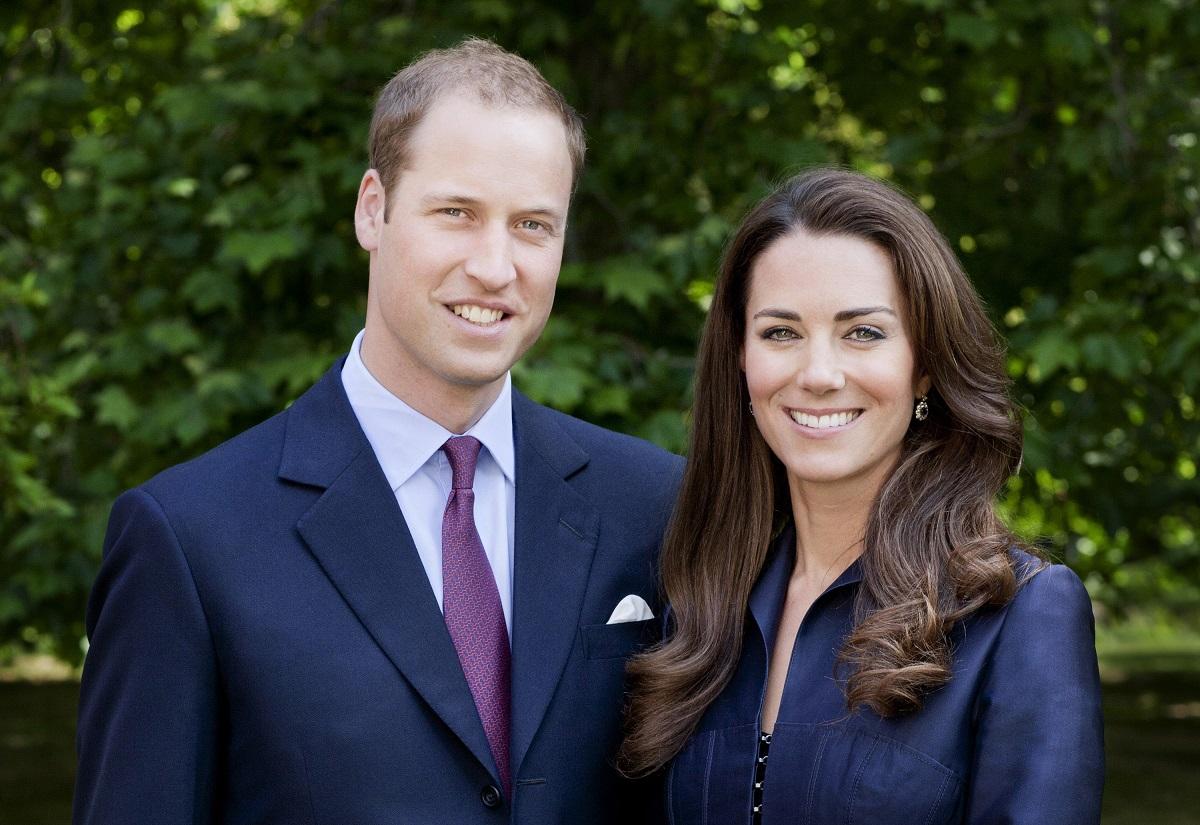 Kate Middleton alături de Prințul William, Ducesa purtând o rochie albastră, iar Prințul un costum de aceeași culoare în vizită în Canada în 2011