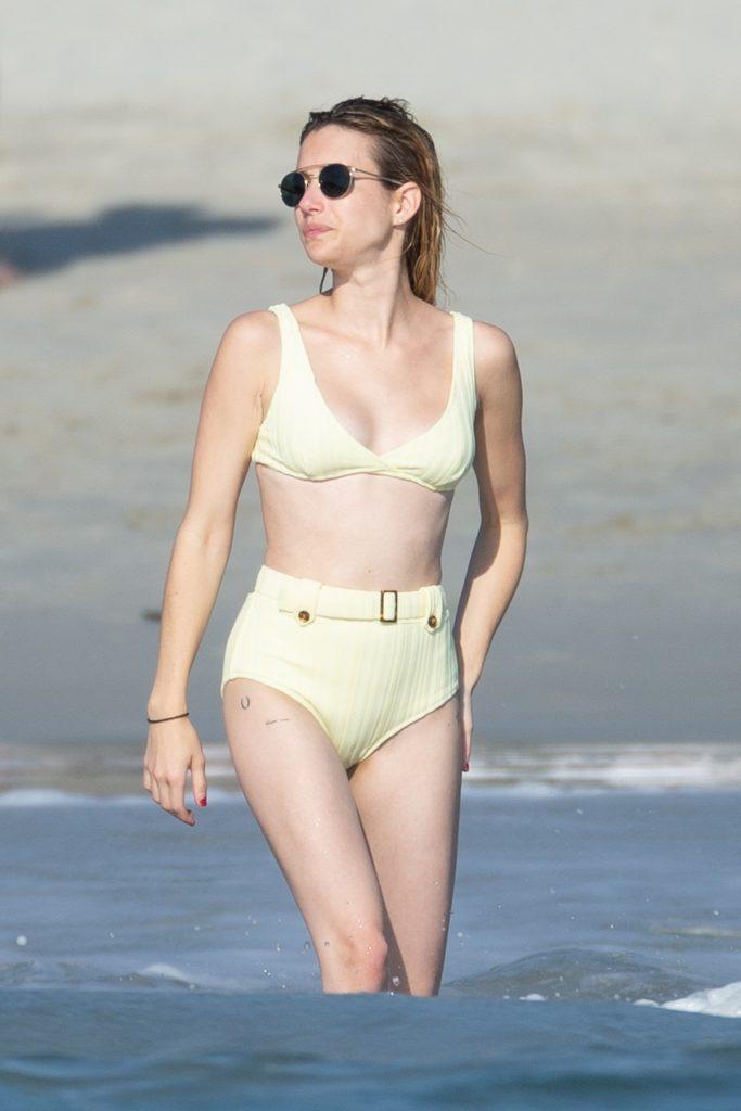 Emma Roberts poartă un costum de baie din două piese, cu talie înaltă