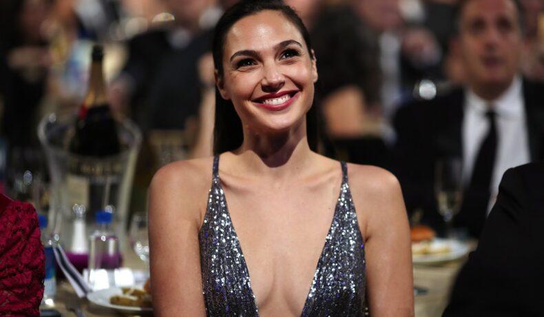 Actrița Gal Gadot într-o rochie cu decolteu gri cu paiete, a născut cel de-al treilea copil