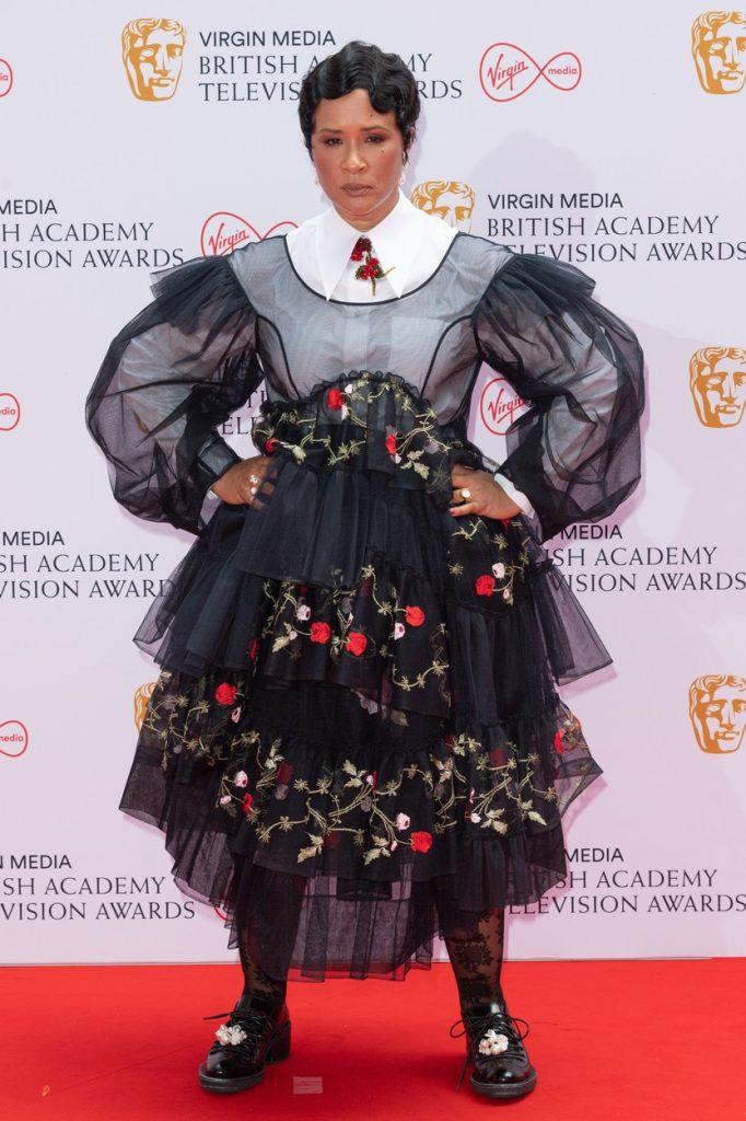 Golda Rosheuvel, într-o rochie neagră, cu flori și volane, la Premiile Bafta 2021