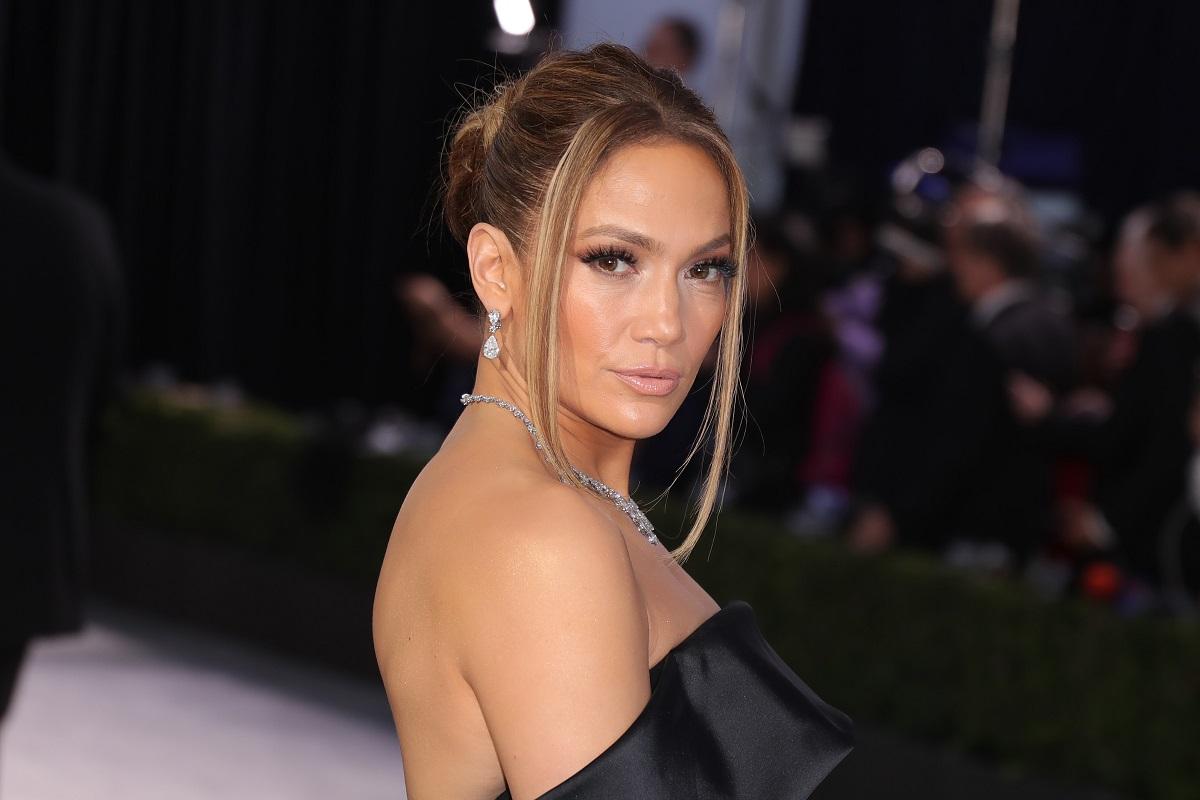 portret al artistei Jenniifer Lopez care poartă o rochie neagră cu umerii goi și privește intens camera de fotografiat la Premiile Annual Screen Actors Guild din Los Angeles în anul 2020