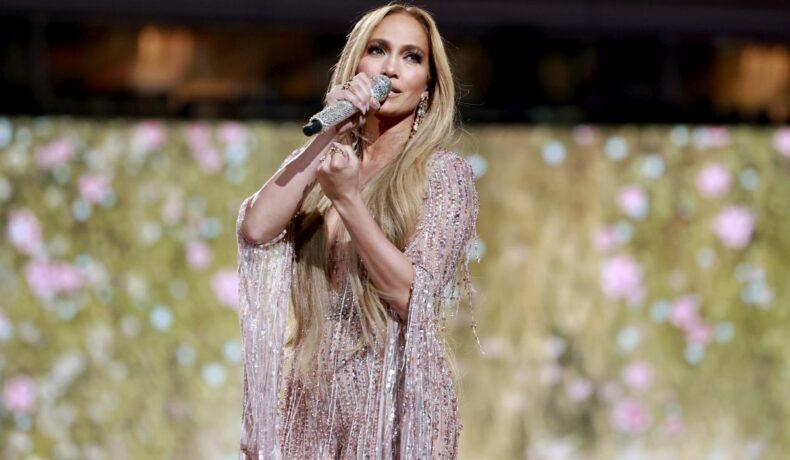 Jennifer Lopez poartă o rochie cu paiete, de culoare neutră, în cadrul concertului VAX Live