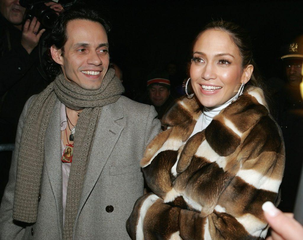 Jennifer Lopez într-o haină de blană la brațul fostului său soț, Marc Anthony în 2005 la un eveniment din New York
