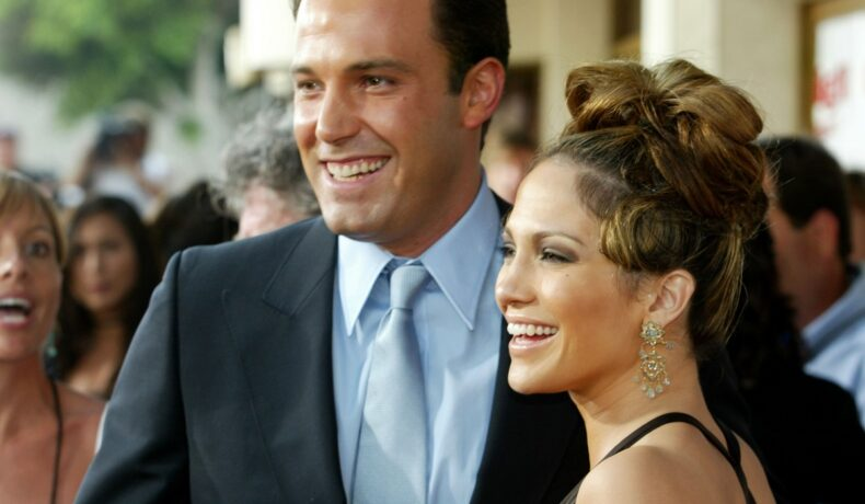 Jennifer Lopez și Ben Affleck îmbrăcați elegant pe covorul roșu, care s-au împăcat după ce au rupt logodna