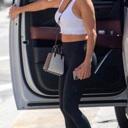Jennifer Lopez poartă un top alb, decupat