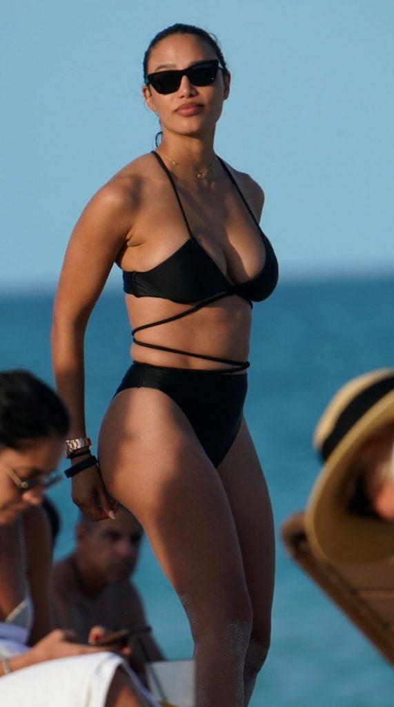 Jessica Ledon, iubita DJ-ului internațional David Guetta, poartă un costum de baie de culoare neagră care îi pune în evidență silueta