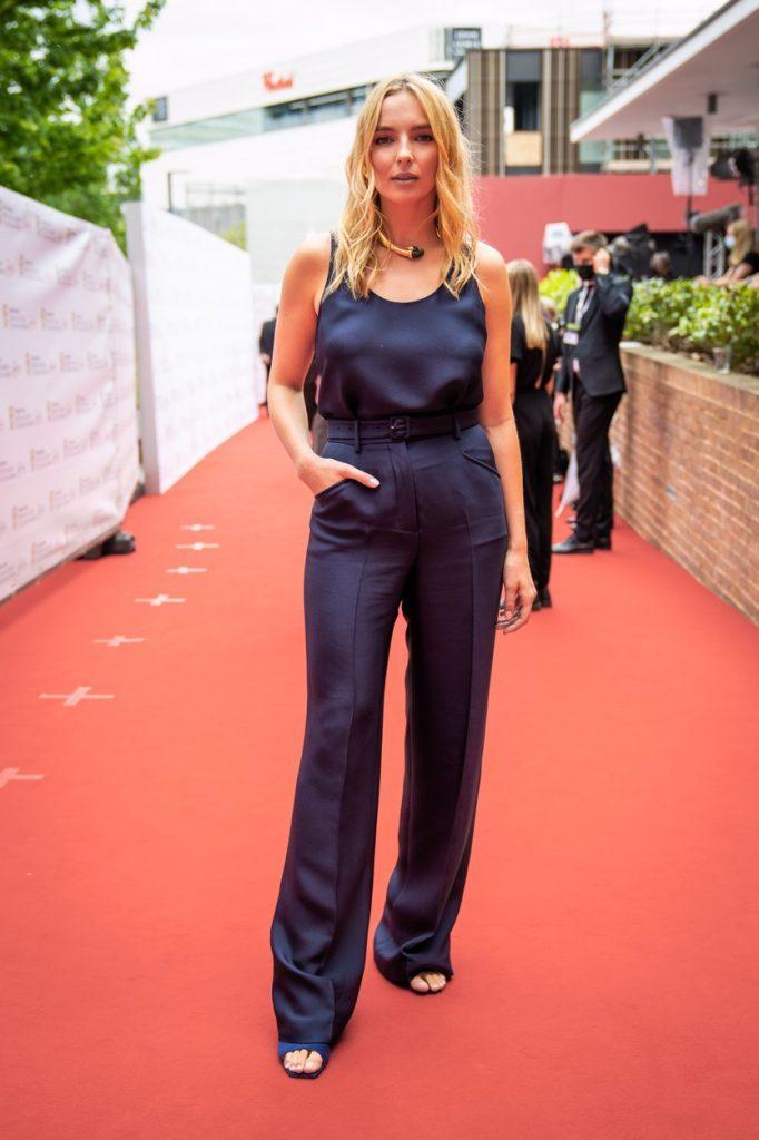 Jodie Comer a purtat o salopetă simplă, albastră, cu un croi elegant, la Premiile Bafta 2021