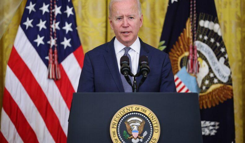 Președintele Joe Biden în timp ce se află la pupitru la Casa Albă și ține un discurs
