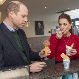 Ducii de Cambrige degustă înghețată, în timpul unei vizite oficiale