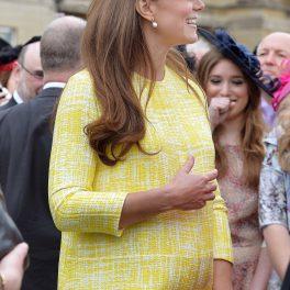 Ducesa Kate Middleton într-o rochie galbenă în timp ce salută publicul și este însărcinată cu primul copil la o vizită oficială găzduită de Regina Elisabeta în mai 2013
