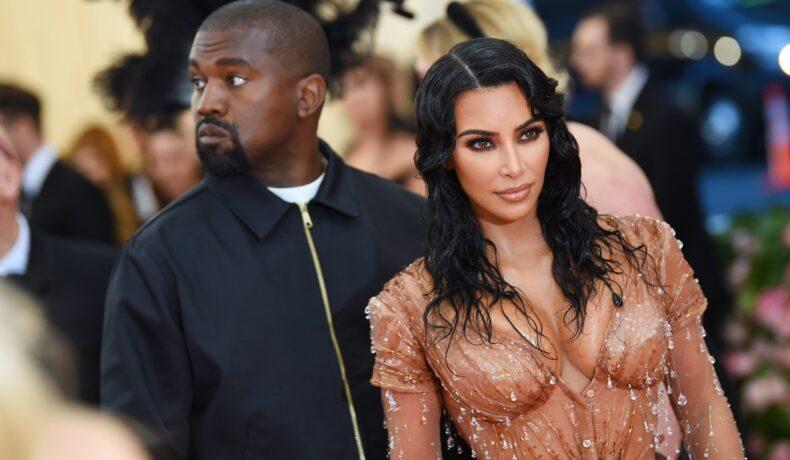 Kim Kardashian într-o rochie transparentă nude cu paiete alături de fostul său soț Kanye West la Met Gala Celebrating Camp din 2019